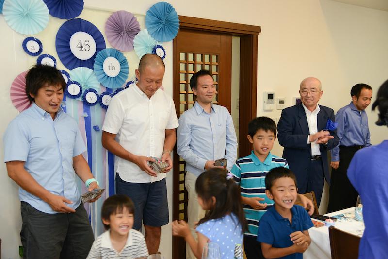 父の日に行われたので4人のお父さん達に子供達からサプライズでプレゼントです。