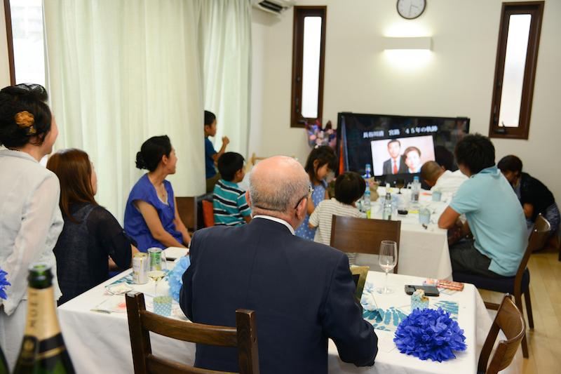 家族45年の歴史、二人の結婚、3人の娘の誕生、新しい家族が増えたことを映像で見ています。