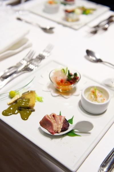 実際の前菜です。白いお皿に絵のような美しいお料理です。